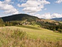 Paisagem agradável do outono perto de Velke Borove com prados, campo e montes fotos de stock royalty free