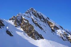 Paisagem alpina bonita com céu azul e luz do sol no inverno Montanhas de Fagaras Fotografia de Stock Royalty Free