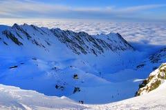 Paisagem alpina bonita com céu azul e luz do sol no inverno Montanhas de Fagaras Imagem de Stock