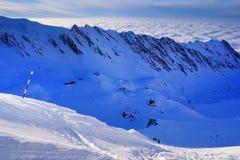 A paisagem alpina bonita com céu azul, luz do sol e mar nubla-se no inverno Montanhas de Fagaras Fotos de Stock Royalty Free