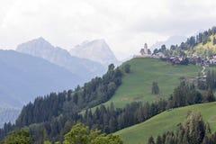 Paisagem alpina com campos verdes foto de stock royalty free