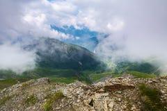 Paisagem alpina com montanhas e gramados Imagem de Stock Royalty Free