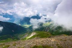 Paisagem alpina com montanhas e gramados Fotos de Stock