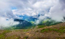 Paisagem alpina com montanhas e gramados Imagens de Stock Royalty Free