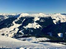 Paisagem alpina com os picos cobertos pela neve e pelas nuvens Imagem de Stock Royalty Free