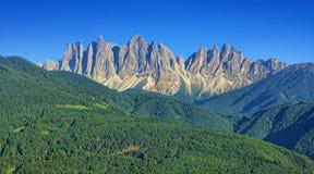 Paisagem alpina de picos de montanha das dolomites imagem de stock