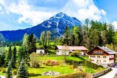 Paisagem alpina de um hotel foto de stock royalty free