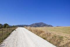 Paisagem andaluza com estrada e as montanhas brancas Imagem de Stock