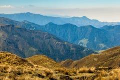 Paisagem andina típica com uma sucessão do silhou montanhoso foto de stock royalty free