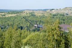 Paisagem após ter minado atividades A destruição das florestas devido ao sobrecarrega o poço da descarga foto de stock