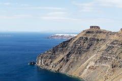 Paisagem arrebatadora que negligencia a ilha de Santorini, Grécia Fotos de Stock Royalty Free