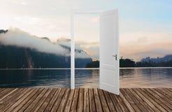 Paisagem atrás da porta de abertura, 3D Foto de Stock Royalty Free