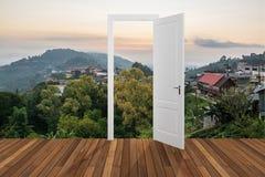 Paisagem atrás da porta de abertura, 3D Imagens de Stock