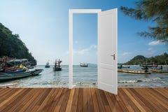 Paisagem atrás da porta de abertura, 3D Fotografia de Stock Royalty Free