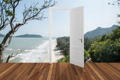 Paisagem atrás da porta de abertura, 3D Imagem de Stock