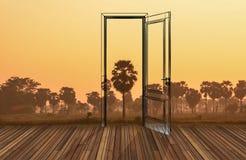 Paisagem atrás da porta de abertura, 3D Foto de Stock
