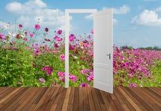 Paisagem atrás da porta de abertura, 3D Fotos de Stock Royalty Free