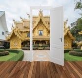 Paisagem atrás da porta de abertura, 3D Imagens de Stock Royalty Free