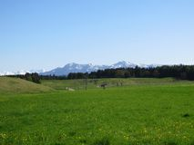 Paisagem bávara e cumes cobertos na neve imagem de stock