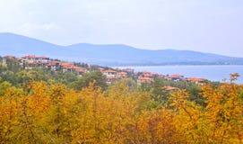 A paisagem búlgara do mar da cidade pequena quase com montanhas suporta Imagens de Stock Royalty Free