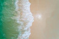 Paisagem bonita aérea, praia e onda do mar da vista superior com água do mar de turquesa com espaço da cópia imagem de stock royalty free