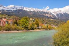 Paisagem bonita através do rio da pensão, Innsbruck, Áustria foto de stock