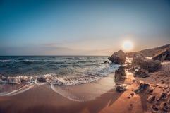 Paisagem bonita, baía rochosa arenosa do mar no por do sol imagens de stock royalty free