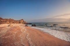 Paisagem bonita, baía rochosa arenosa do mar no por do sol foto de stock royalty free