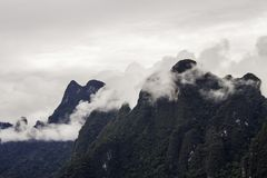Paisagem bonita com as árvores e a névoa das montanhas do fundo e umas atrações do céu do rio e as naturais na parte dianteira na Foto de Stock Royalty Free