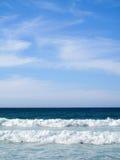 Paisagem bonita com as ondas que quebram na costa imagens de stock