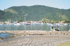 A paisagem bonita com barcos, montains e lago imagem de stock royalty free