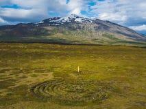 paisagem bonita com círculos no campo e na montanha nevado foto de stock royalty free