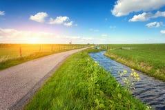 Paisagem bonita com campo de grama verde, estrada, farol Imagem de Stock