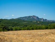 Paisagem bonita com campos, florestas e montanhas em Grécia imagens de stock