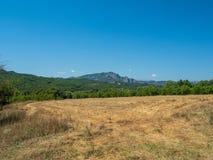 Paisagem bonita com campos, florestas e montanhas em Gr?cia fotografia de stock