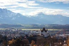 Paisagem bonita com castelo e montanhas Fotografia de Stock