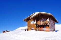 Paisagem bonita com chalé de madeira, o céu azul e a luz do sol no inverno Montanhas de Fagaras Foto de Stock