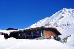 Paisagem bonita com chalé de madeira, o céu azul e a luz do sol no inverno Montanhas de Fagaras Fotos de Stock