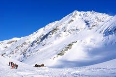 Paisagem bonita com chalé de madeira, o céu azul e a luz do sol no inverno Montanhas de Fagaras Imagem de Stock Royalty Free
