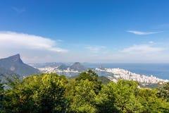 Paisagem bonita com floresta úmida, distrito da cidade Leblon, Ipanema, Botafogo, lagoa Rodrigo de Freitas e montanhas foto de stock royalty free
