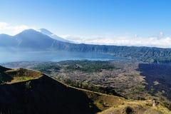 Paisagem bonita com lago e vulcões, Bali, Indonésia Imagem de Stock