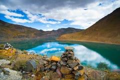 Paisagem bonita com lago, montanha e pilha da pedra em Tibet Imagens de Stock Royalty Free