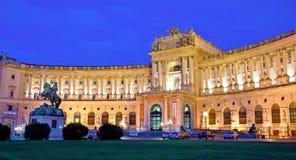 Paisagem bonita com o palácio imperial de Hofburg em Viena, Aust foto de stock