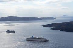 Paisagem bonita com opiniões do mar Navio de cruzeiros no mar perto de NEA Kameni, uma ilha grega pequena no Mar Egeu perto de Sa Fotografia de Stock