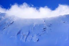 Paisagem bonita com pó da neve, o céu azul e a luz do sol no inverno Montanhas de Fagaras Fotos de Stock Royalty Free