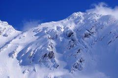 Paisagem bonita com pó da neve, o céu azul e a luz do sol no inverno Montanhas de Fagaras Imagem de Stock