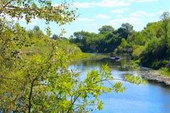 Paisagem bonita com rio e canoa nela Imagem de Stock