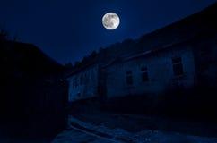 Paisagem bonita da aldeia da montanha de Ilisu no montanhês Montanhas de Cáucaso grandes na noite na luz de Lua cheia Natu de Aze Fotos de Stock Royalty Free