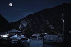Paisagem bonita da aldeia da montanha de Ilisu no montanhês Montanhas de Cáucaso grandes na noite na luz de Lua cheia Natu de Aze Imagens de Stock Royalty Free
