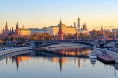 Paisagem bonita da cidade da manhã com vista no Kremlin de Moscou e reflexões nas águas do rio de Moskva fotos de stock royalty free